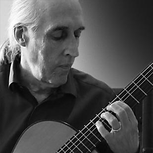 Martin Nötzli mit klassischer Gitarre s/w